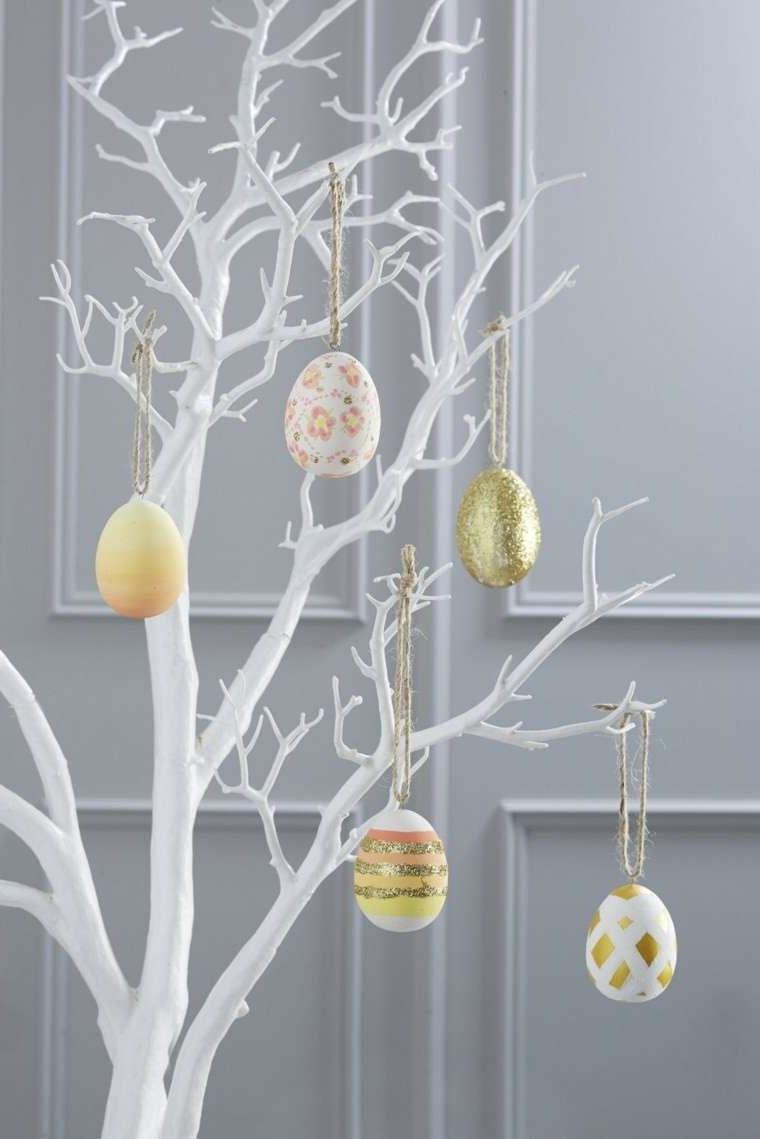 Décoration d'un arbre avec des oeufs pour Pâques à l'extérieur