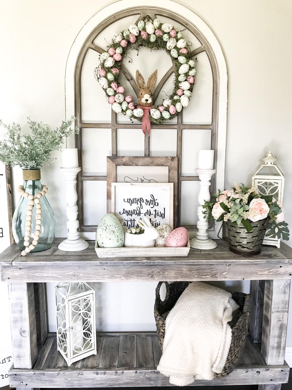 Belle décoration de Pâques avec des fleurs, des lapins et des œufs