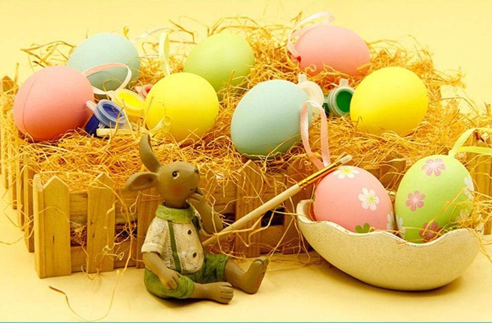 Belle décoration d'oeufs artificiels et de lapin pour Pâques