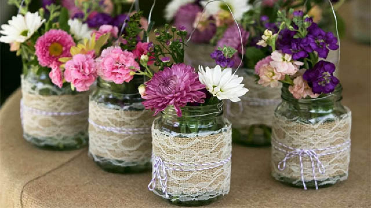 Une excellente idée pour décorer avec des fleurs et des bougies pour Pâques