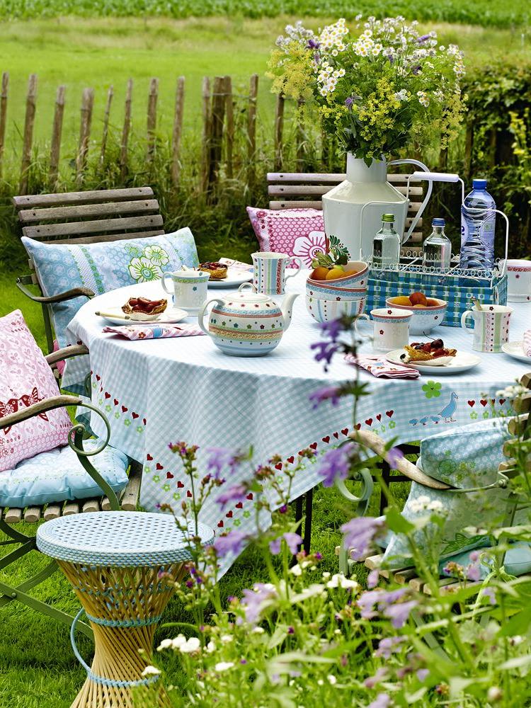 Décoration de table dans le jardin pour Pâques à l'extérieur