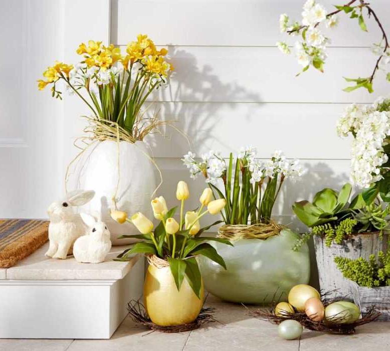Décoration avec des fleurs et des œufs et pour Pâques à l'extérieur