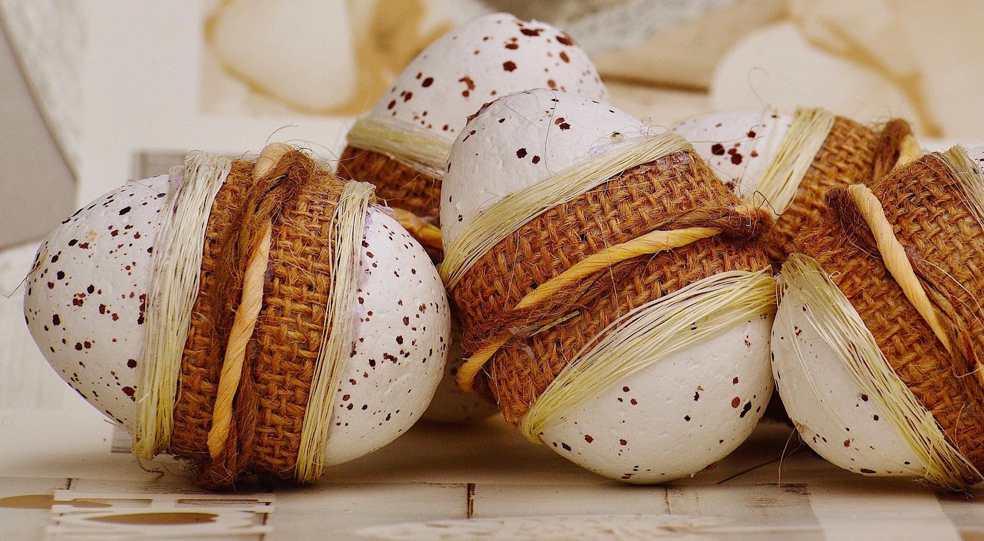 Décoration de Pâques - décoration avec des textiles sur des œufs