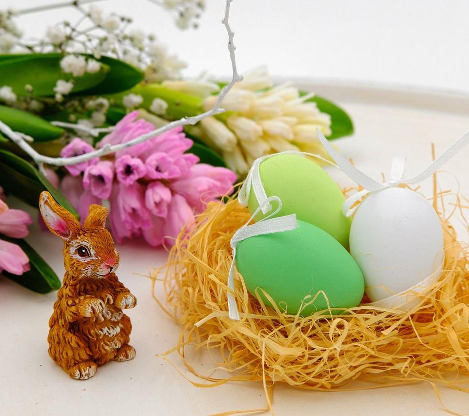 Décoration de table avec des oeufs et des fleurs pour Pâques
