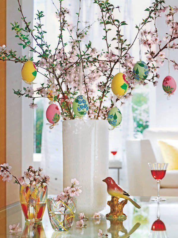 Décoration d'arbre de Pâques avec des oeufs