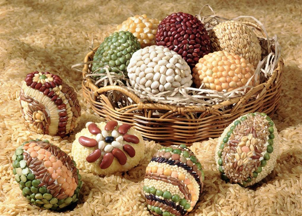Décoration de Pâques - décoration d'oeufs avec des grains de haricots