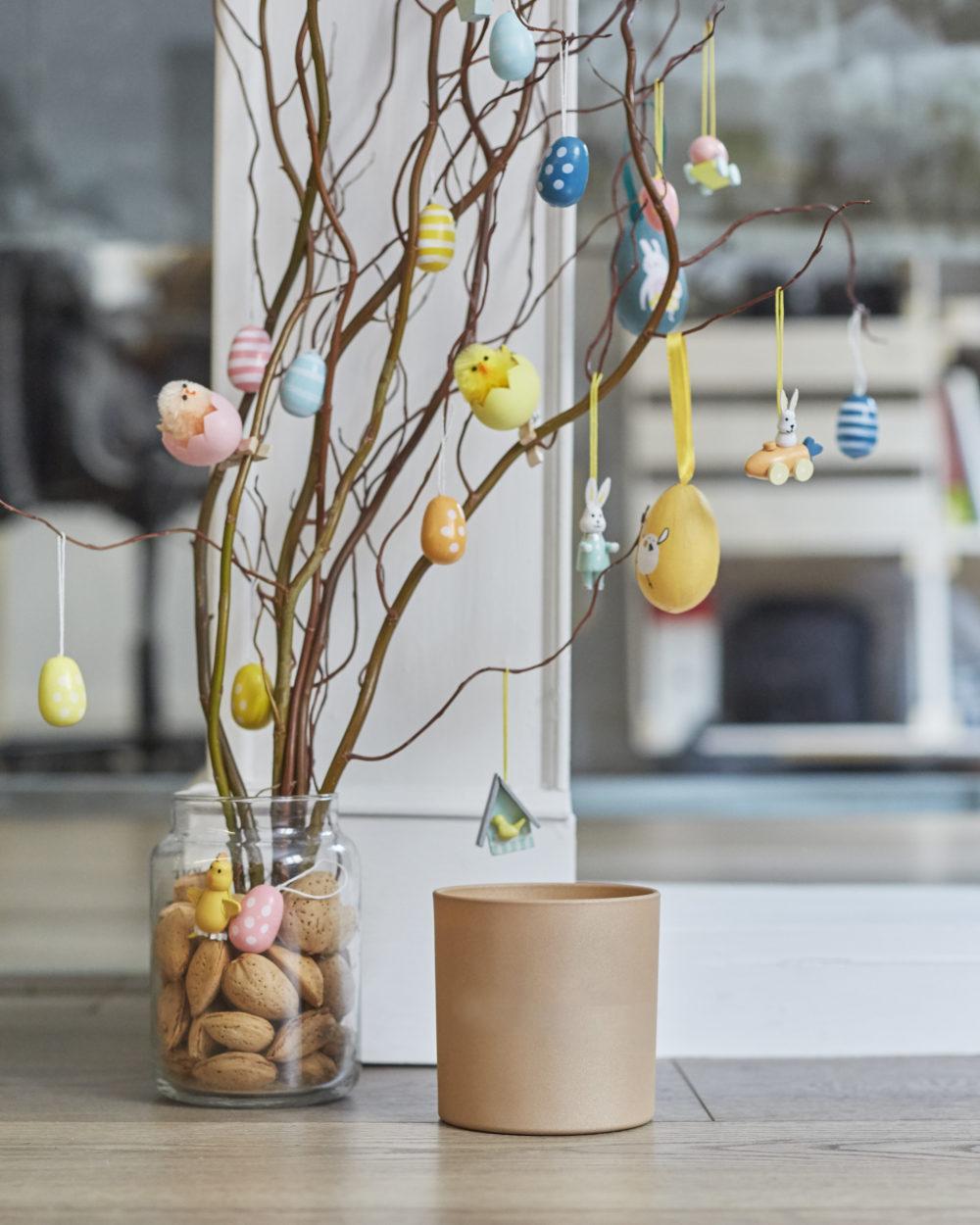 Décoration artistique d'un arbre avec des oeufs pour Pâques