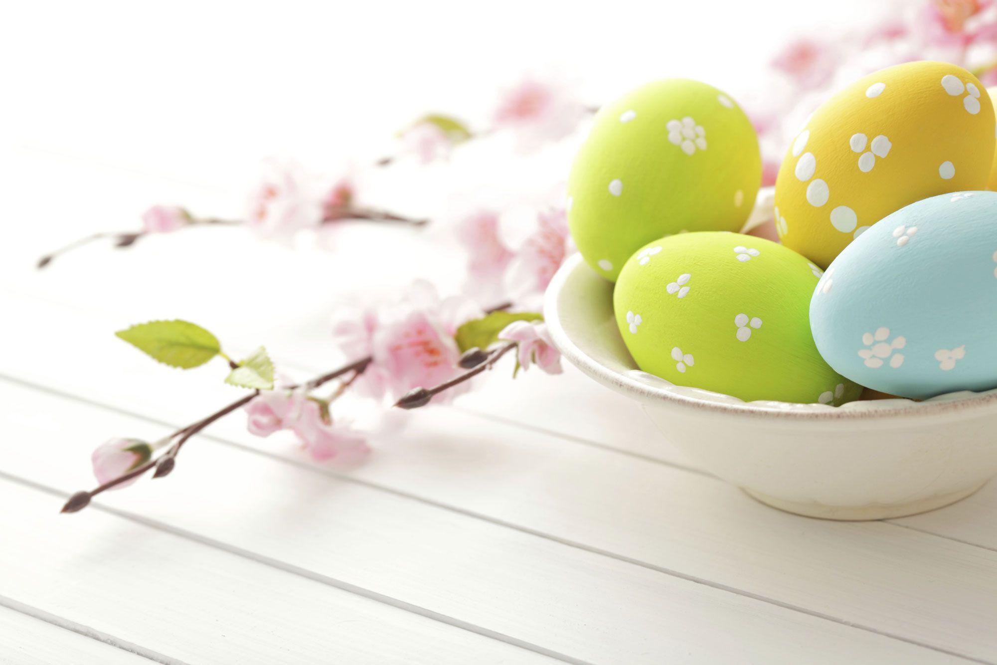 Décoration artistique d'oeufs artificiels pour Pâques