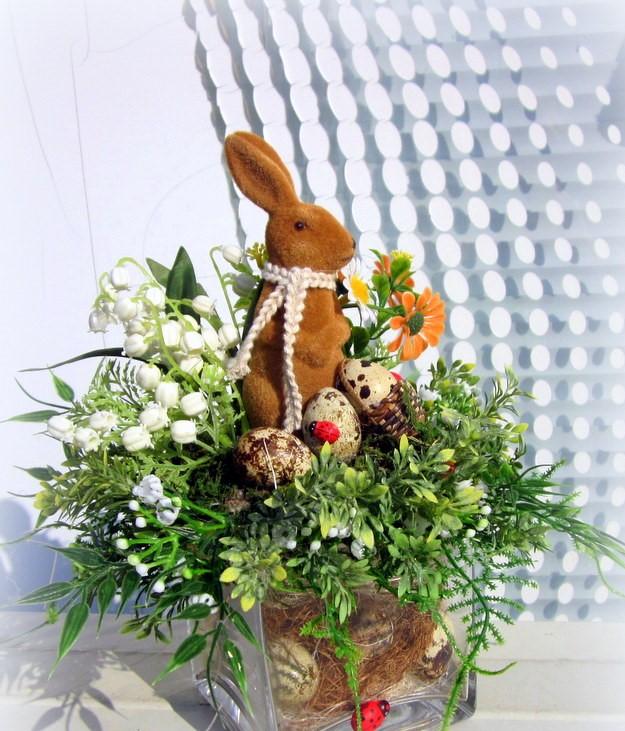 Décoration de Pâques - fleurs et lapin en pot