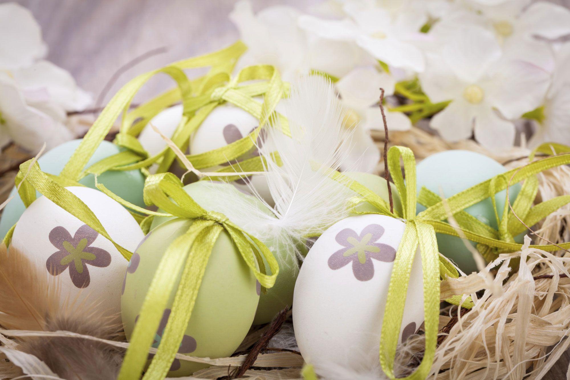 Décoration de Pâques - oeufs magnifiquement peints avec des fleurs