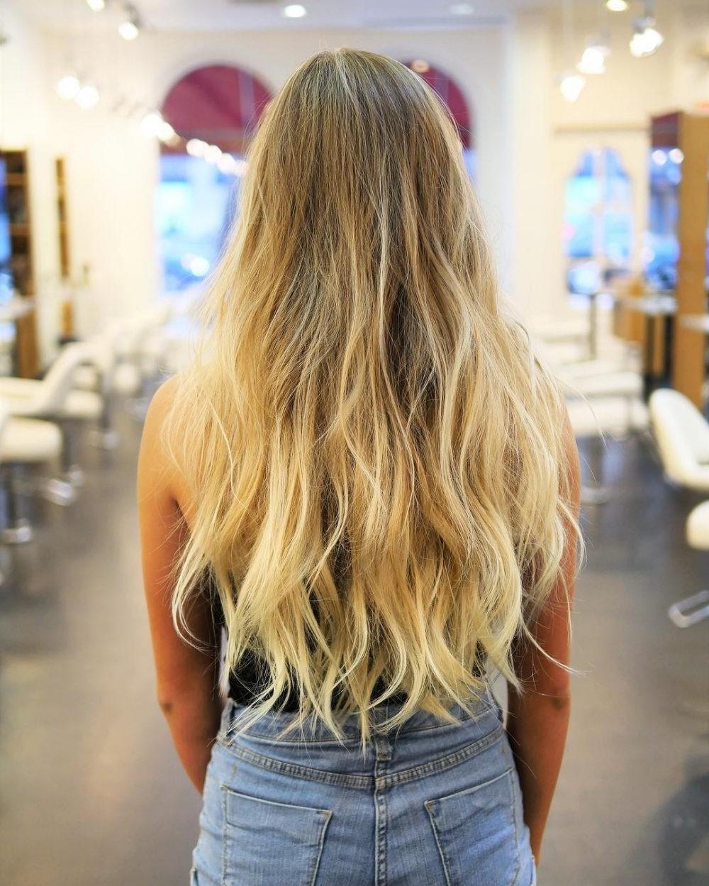 Coupe en couches sur cheveux longs.