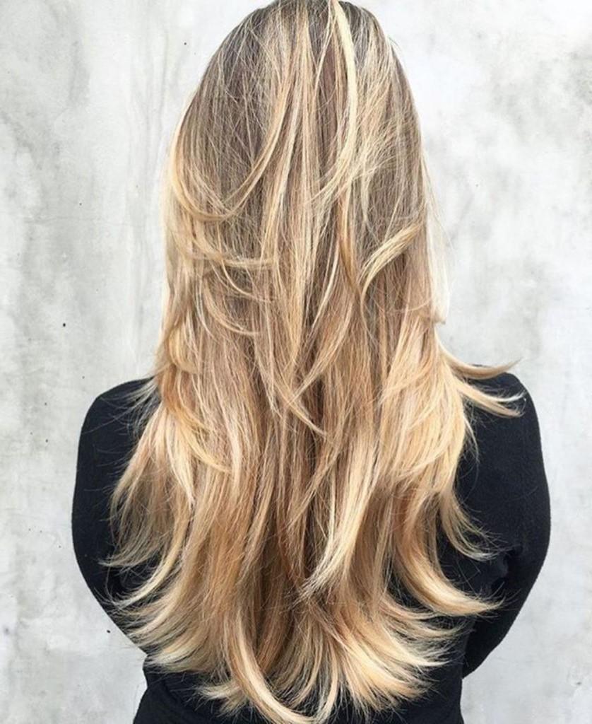 Les cheveux blonds soulignent la coupe dégradée d'une manière spéciale.