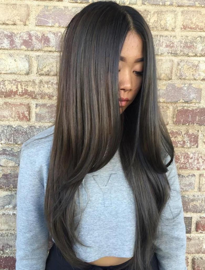 Cheveux longs en couches.