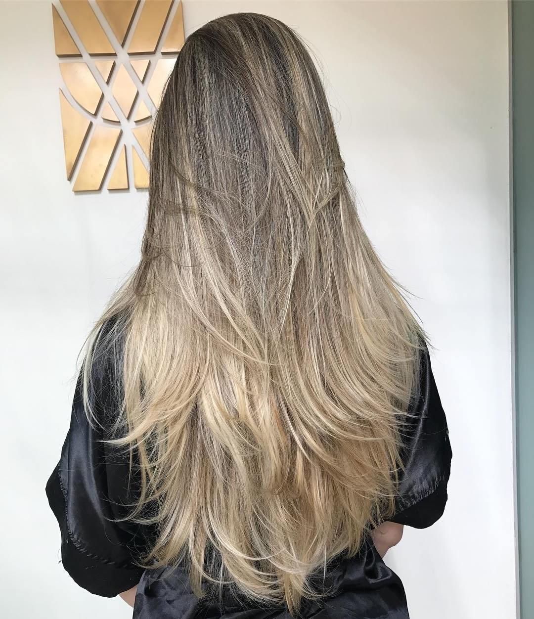 Coiffure dégradée pour les cheveux longs.