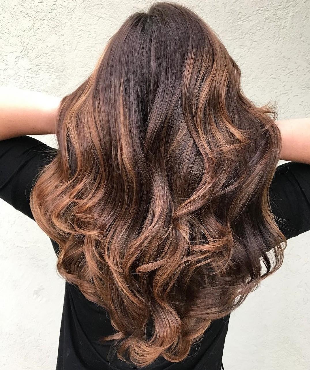 Optez pour des boucles lâches pour votre coiffure en couches.