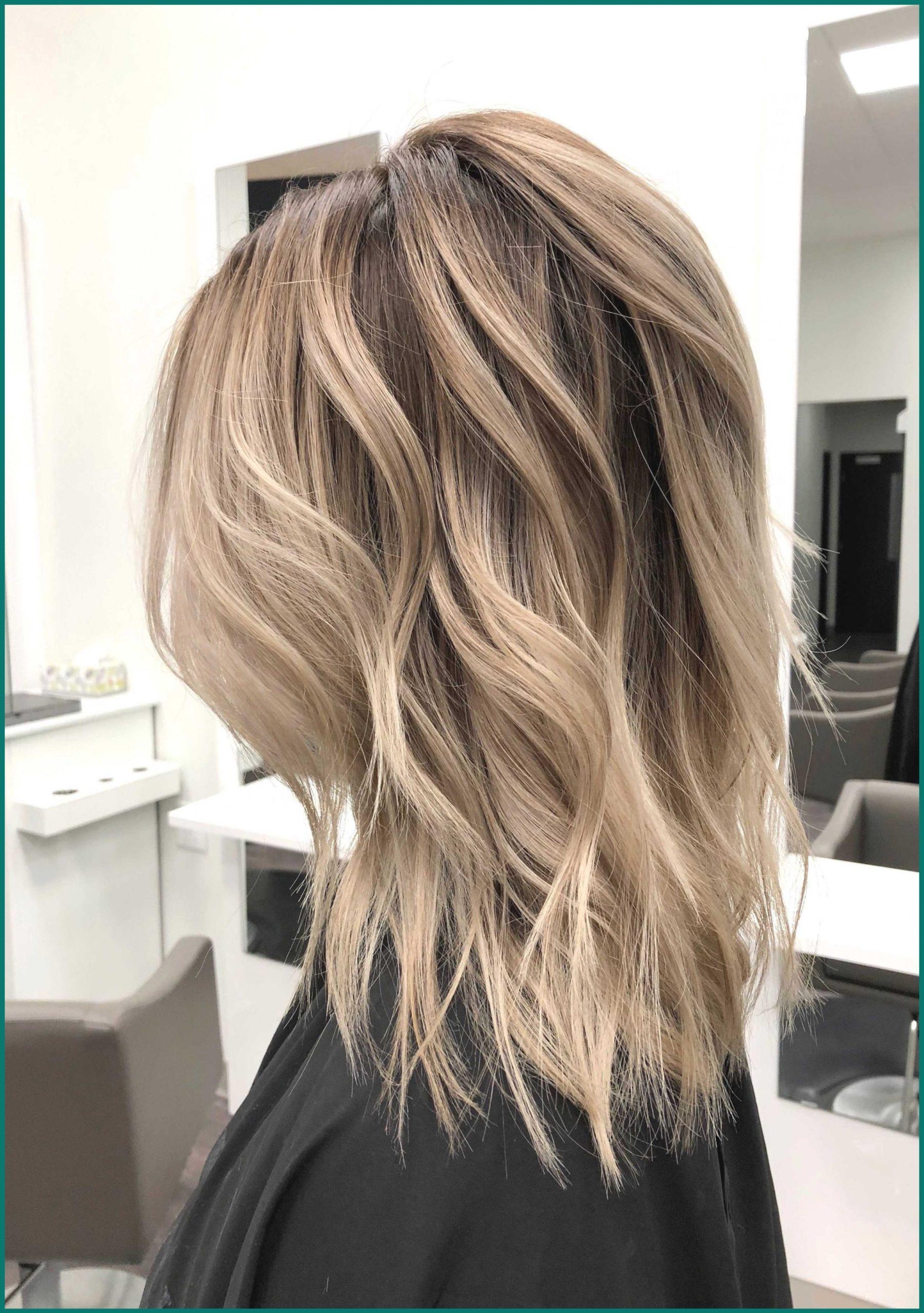 Coupe de cheveux en couches dans une nuance moderne.