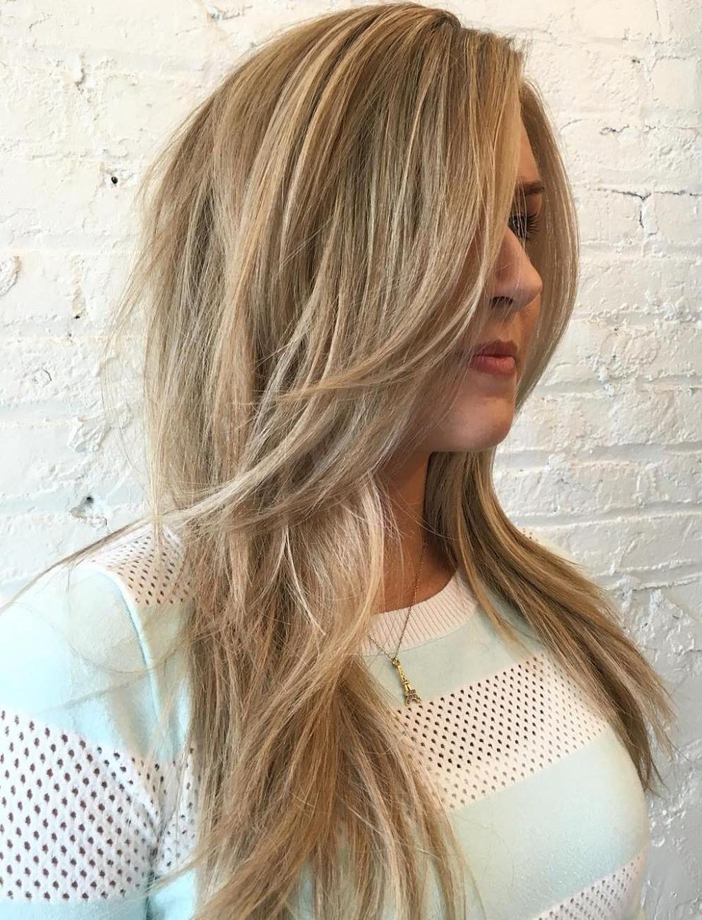 Coupe de cheveux en couches moderne.