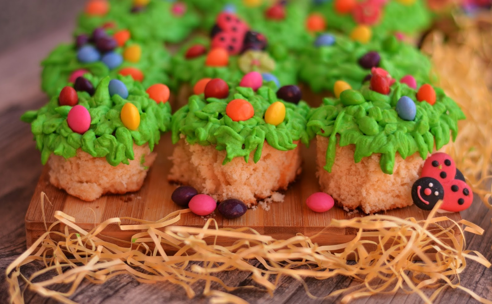Dessert de Pâques - mini gâteaux avec décoration d'oeufs