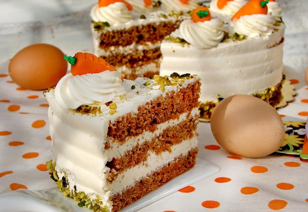 Dessert de Pâques - un morceau de gâteau aux carottes