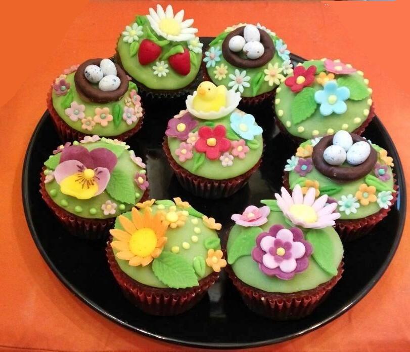 Dessert de Pâques - muffins sucrés avec décoration florale