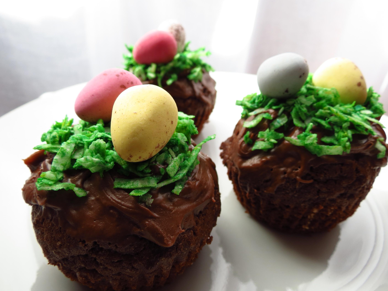 Dessert de Pâques - muffins au chocolat belle décoration crème