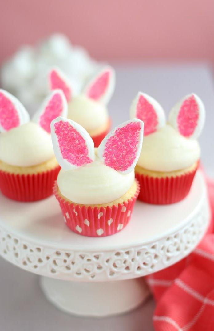 Dessert de Pâques - muffins avec décoration d'oreille de lapin avec copeaux de noix de coco