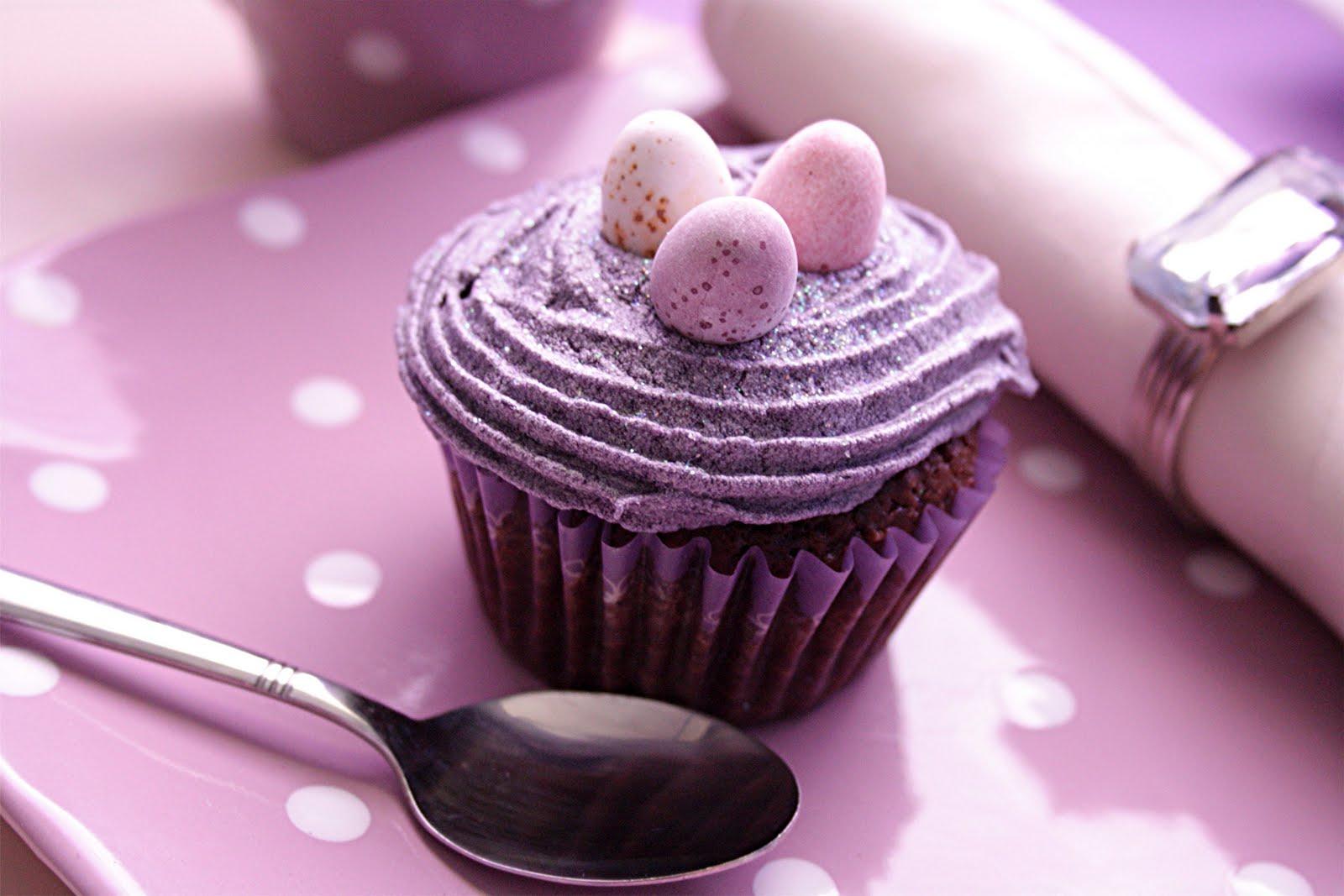 Dessert de Pâques - muffins au chocolat avec crème de myrtille