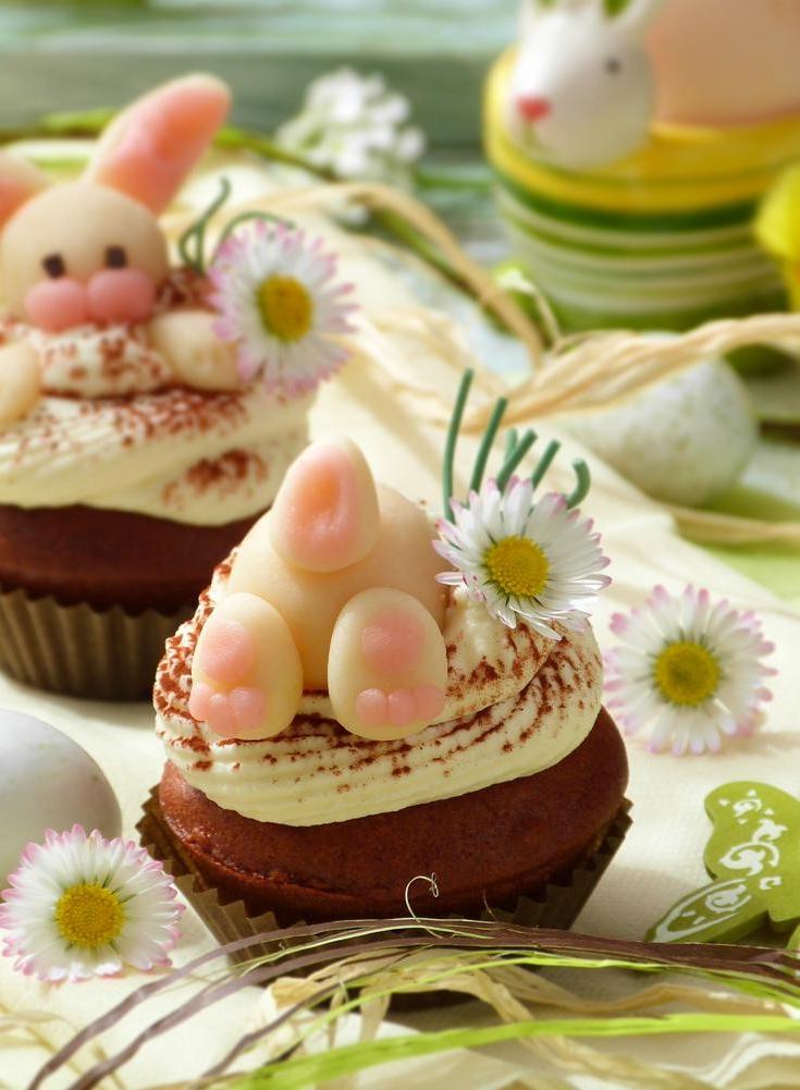 Dessert de Pâques - muffins sucrés avec des lapins fondants
