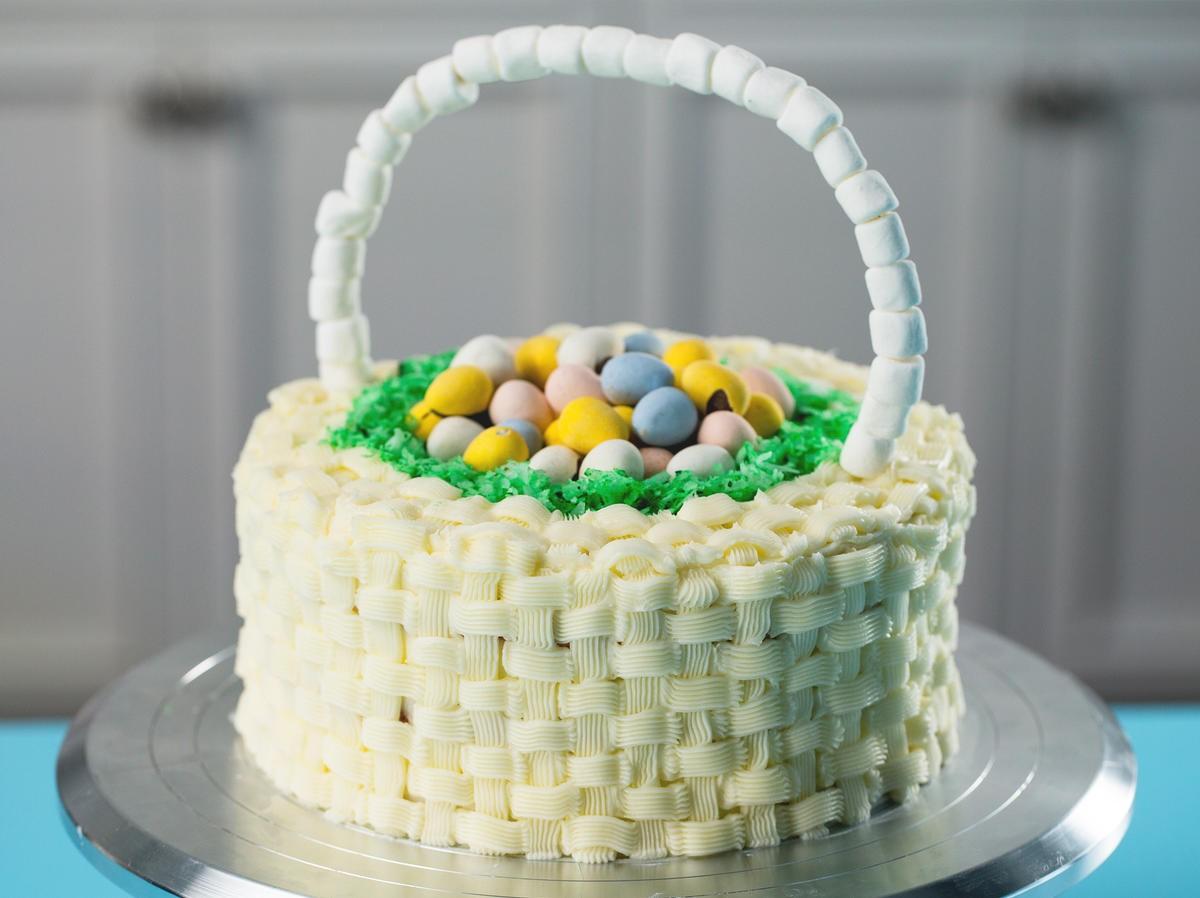 Délicieux cake en forme de panier rempli de mini oeufs.