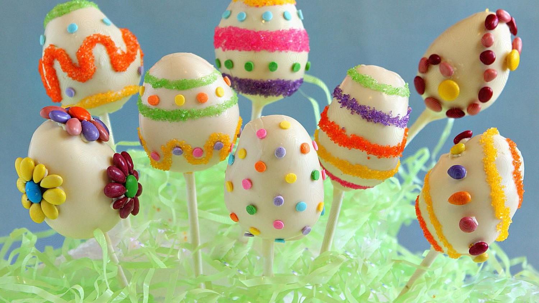Mini oeufs multicolores comme décoration pour votre cake festif.