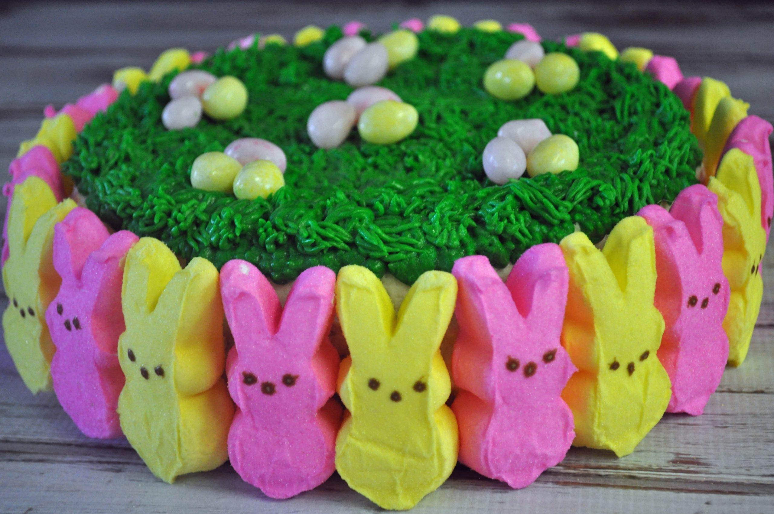 Gâteau décoré de mini lapins en rose et jaune.