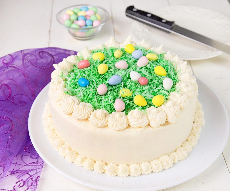 Gâteau décoré de mini oeufs.