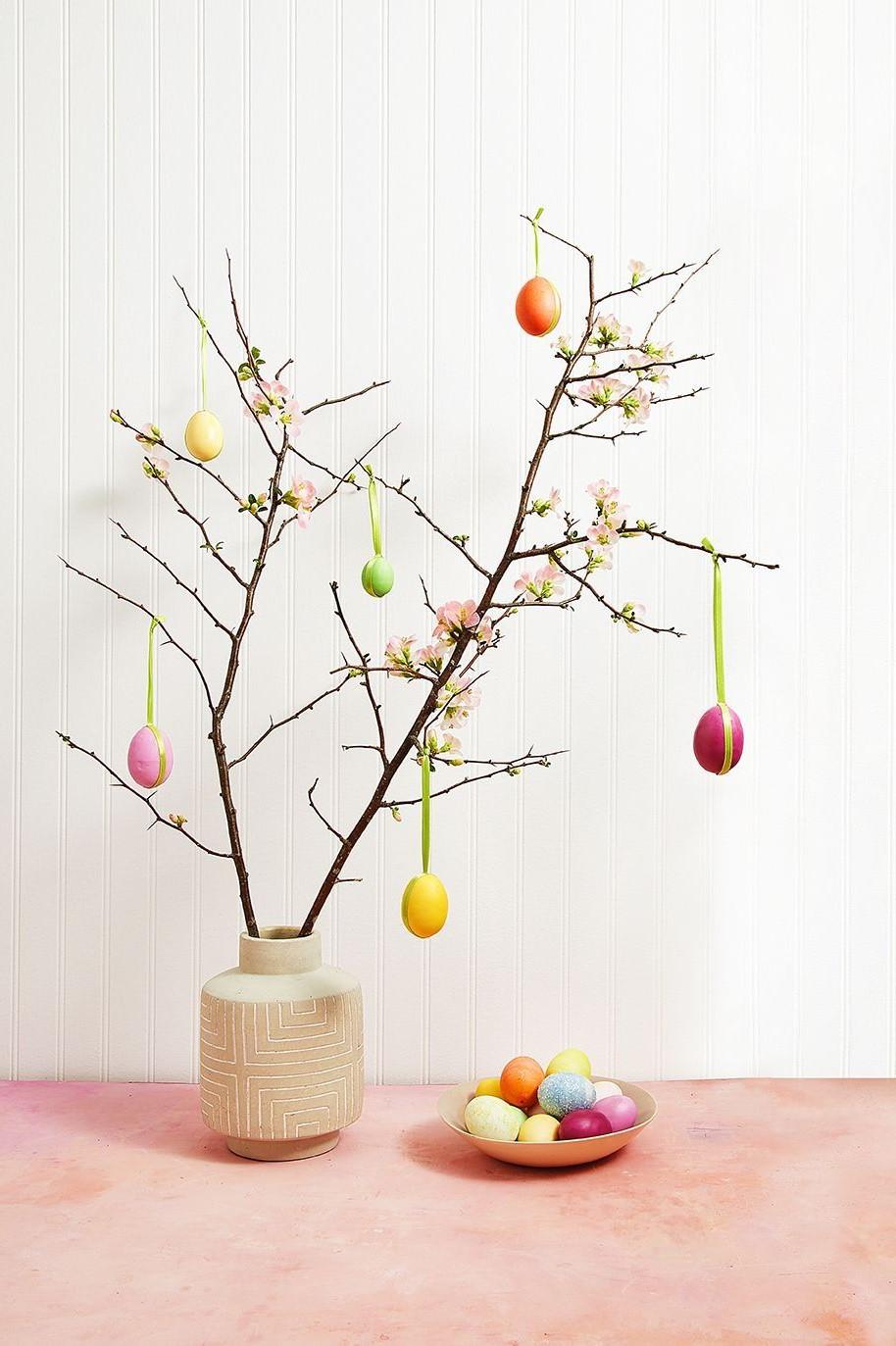 Arbre de Pâques décoré d'oeufs.