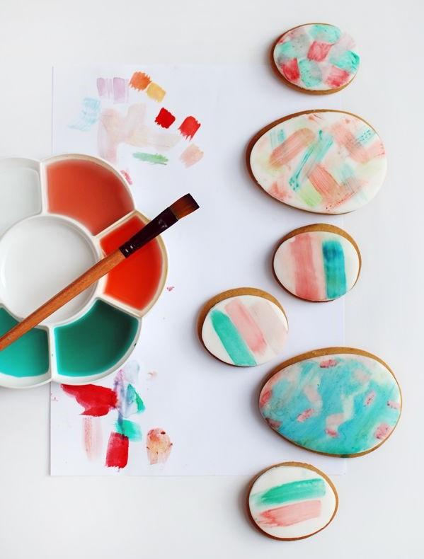 Cookies en forme d'oeufs colorés.