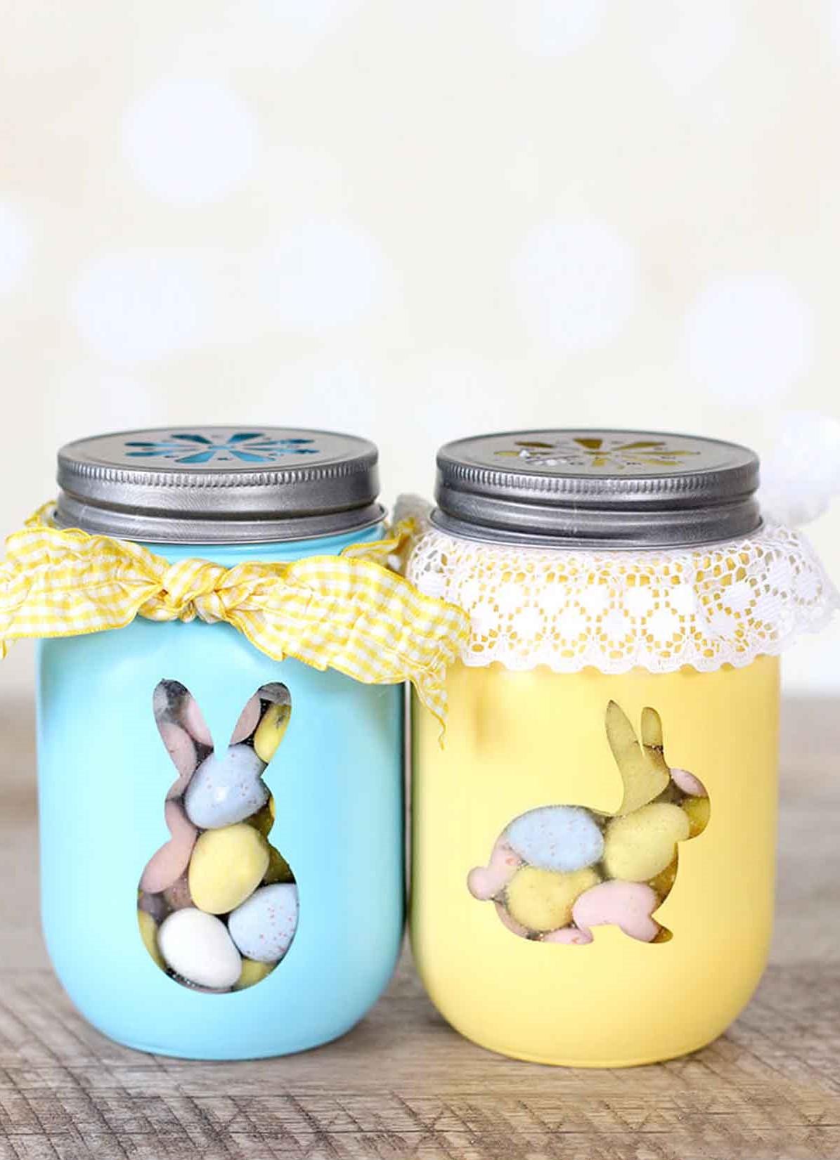 Pots à bonbons décorés de dentelle.