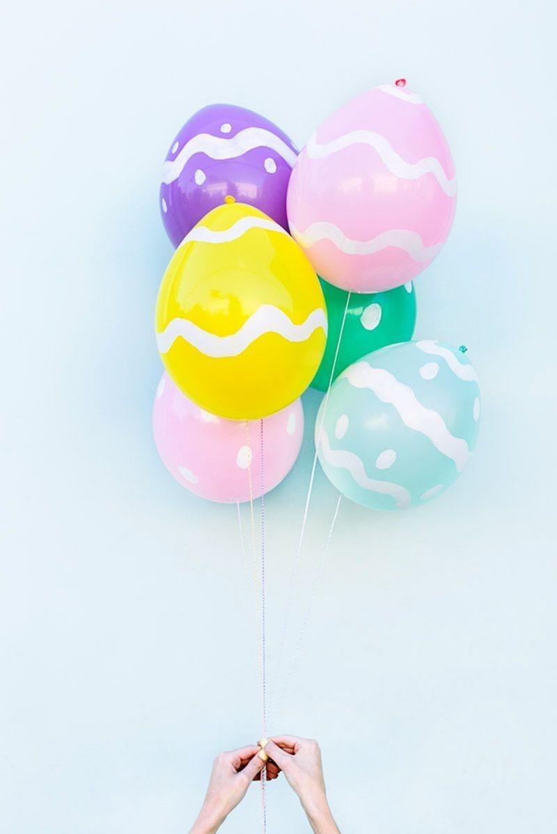 Utilisez des ballons comme décoration de Pâques.