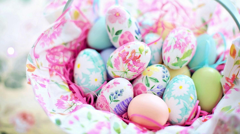 Idées de bricolage de Pâques: oeufs décorés de motifs floraux.