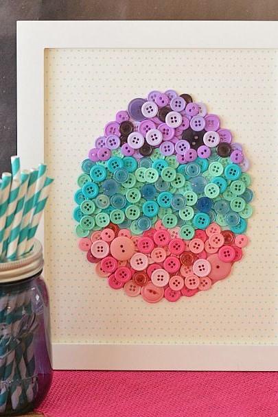 Décoration créative faite de boutons simples.