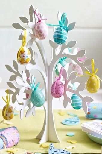 Arbre de Pâques décoré d'oeufs colorés.