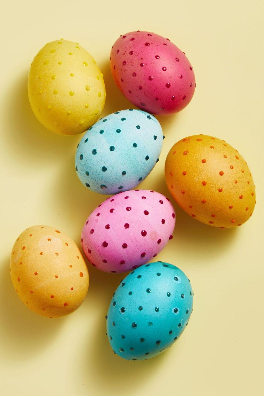 Oeufs de Pâques colorés.