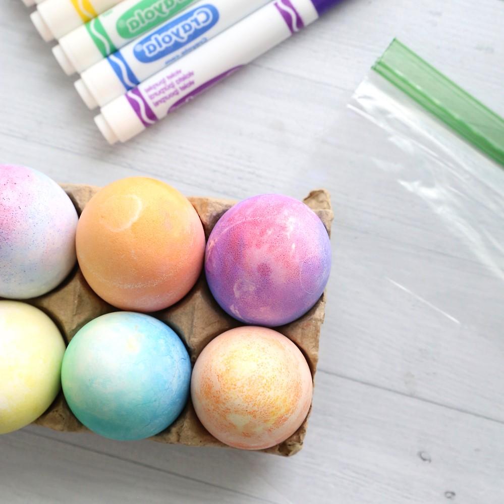 Idées de bricolage de Pâques: oeufs de Pâques de couleur pastel.