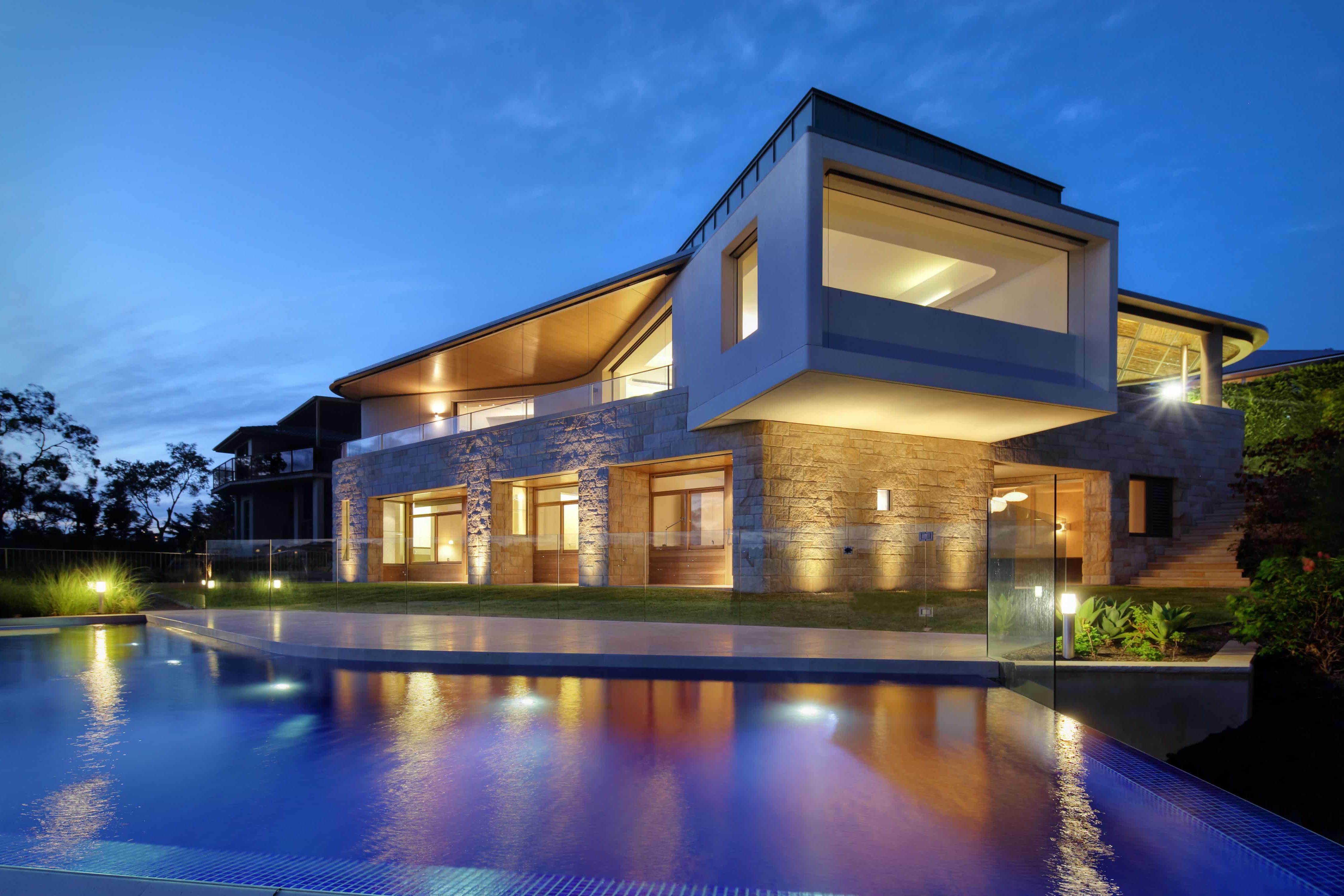 Maison de style contemporain avec façade en pierre