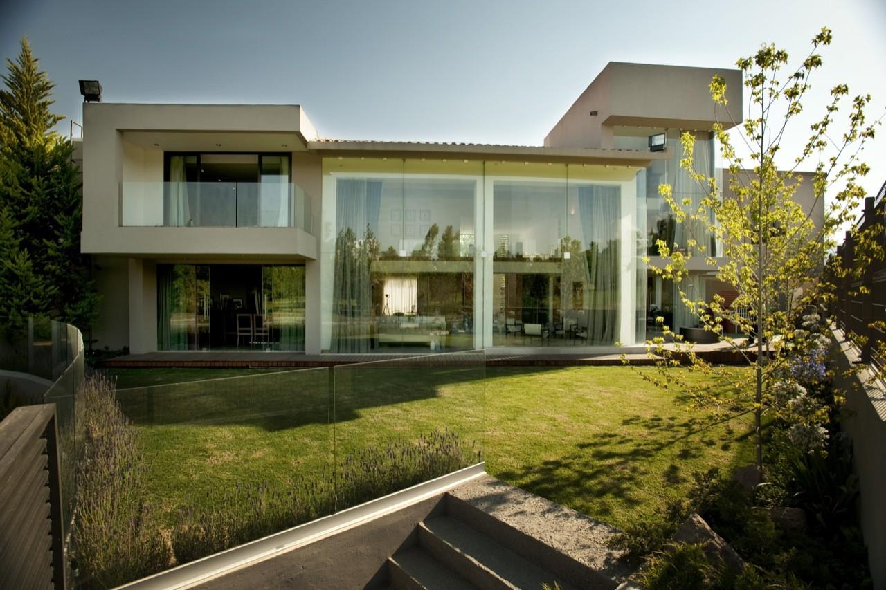 Maison de style contemporain avec façade en verre