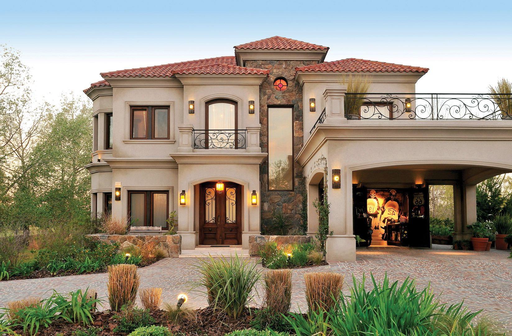 Grande maison moderne avec décoration de façade en pierre