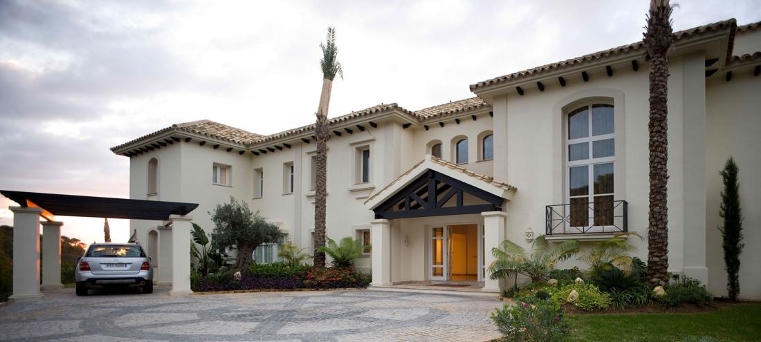 Grande maison pour deux familles avec de grandes fenêtres