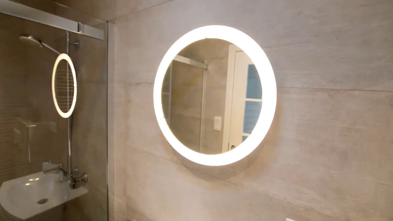 Miroir IKEA Storjorm avec éclairage intégré.