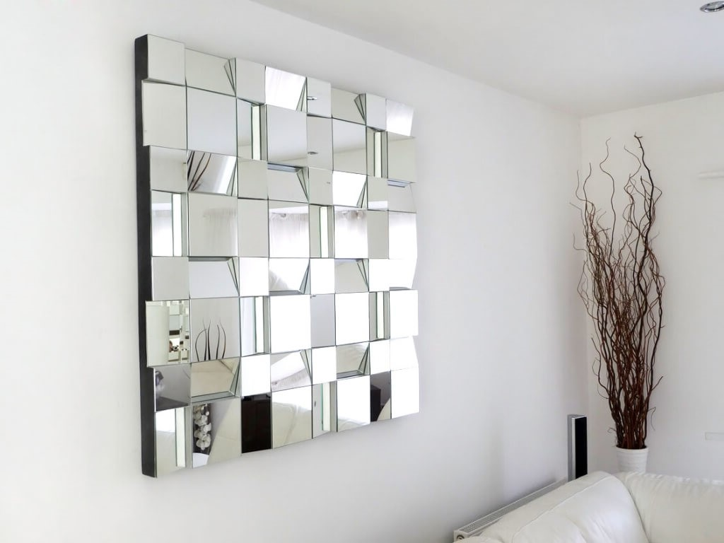 Miroir moderne utilisé comme décoration murale.