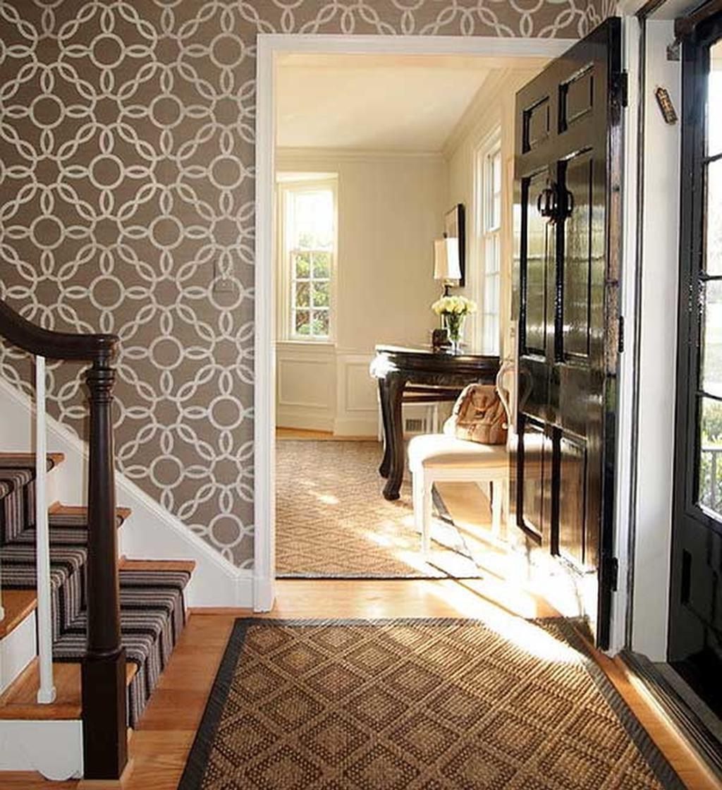 Idée d'escalier avec du papier peint.