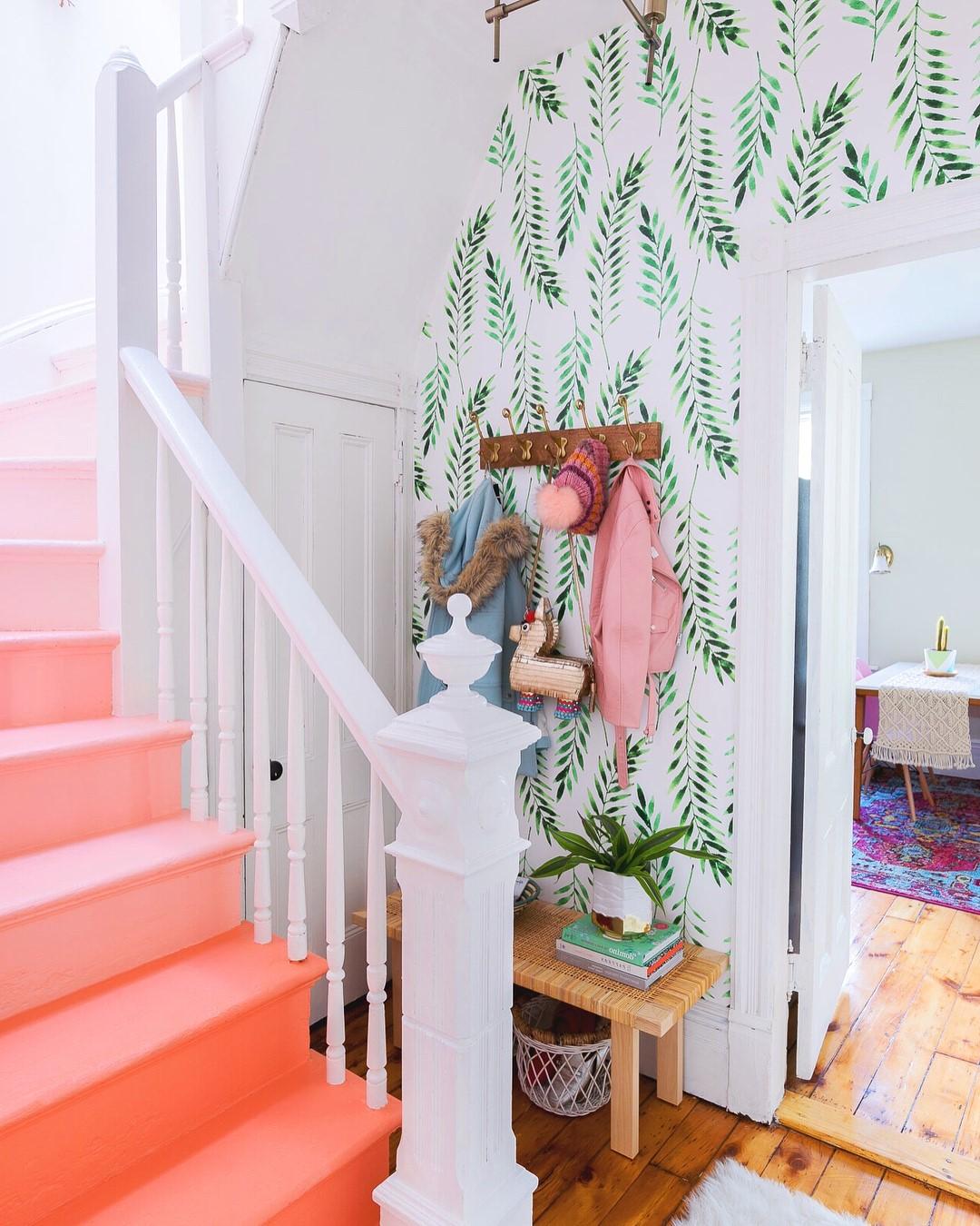 Escalier ombré en combinaison avec un papier peint frais.