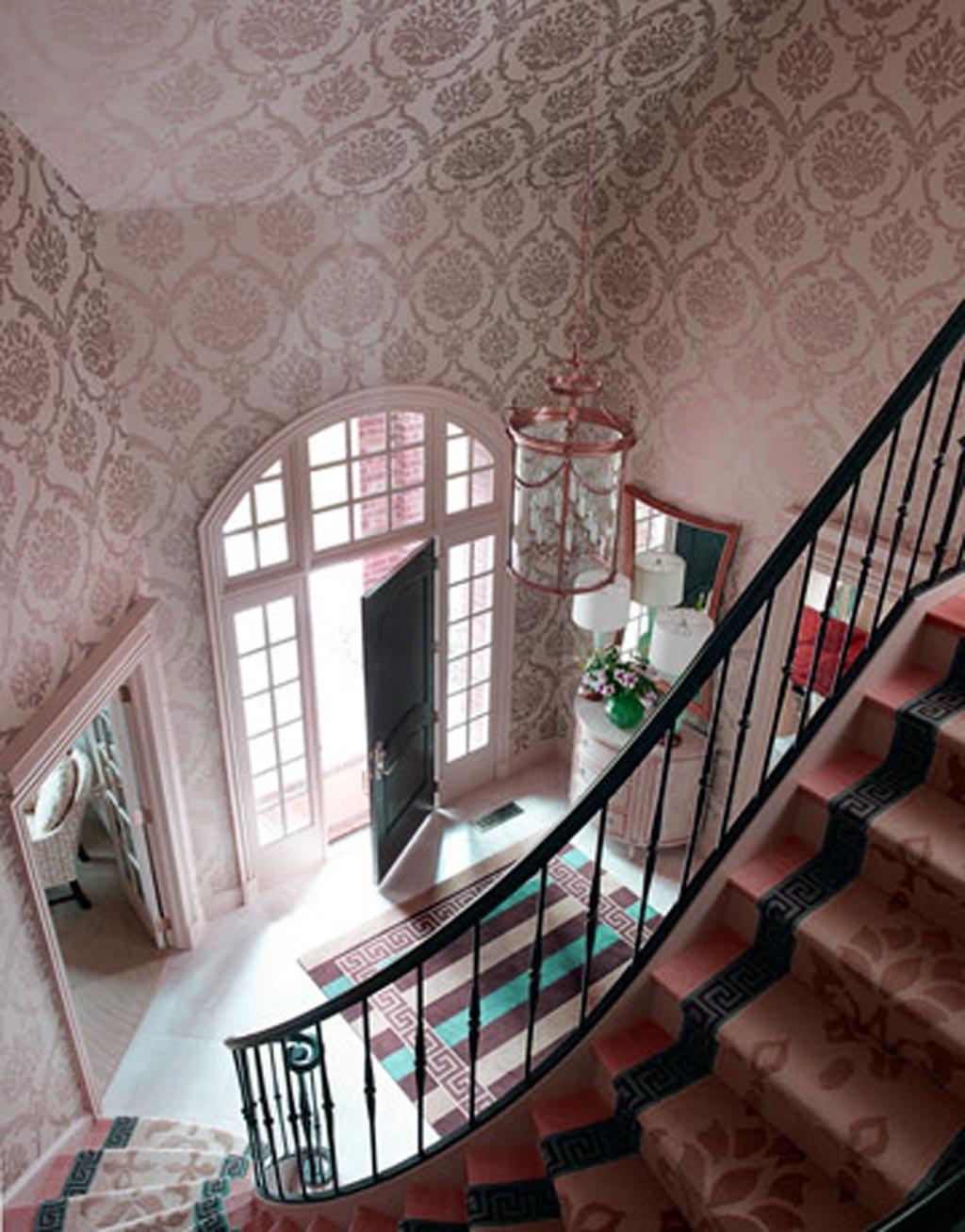 Escalier avec du papier peint élégant.